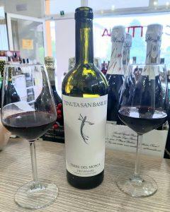 bottiglia di vino rosso con due calici la fiaschetteria