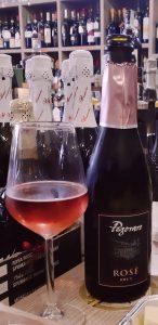 bottiglia di vino rosè e un calice la fiaschetteria