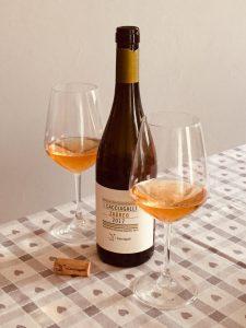 Estate: bottiglia di vino Fiano vinificato e affinato in anfora.