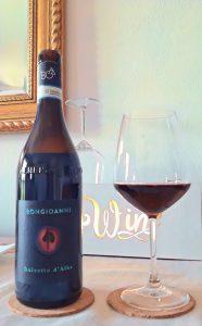 bicchiere di rosso Dolcetto D'alba Bongioanni Wine